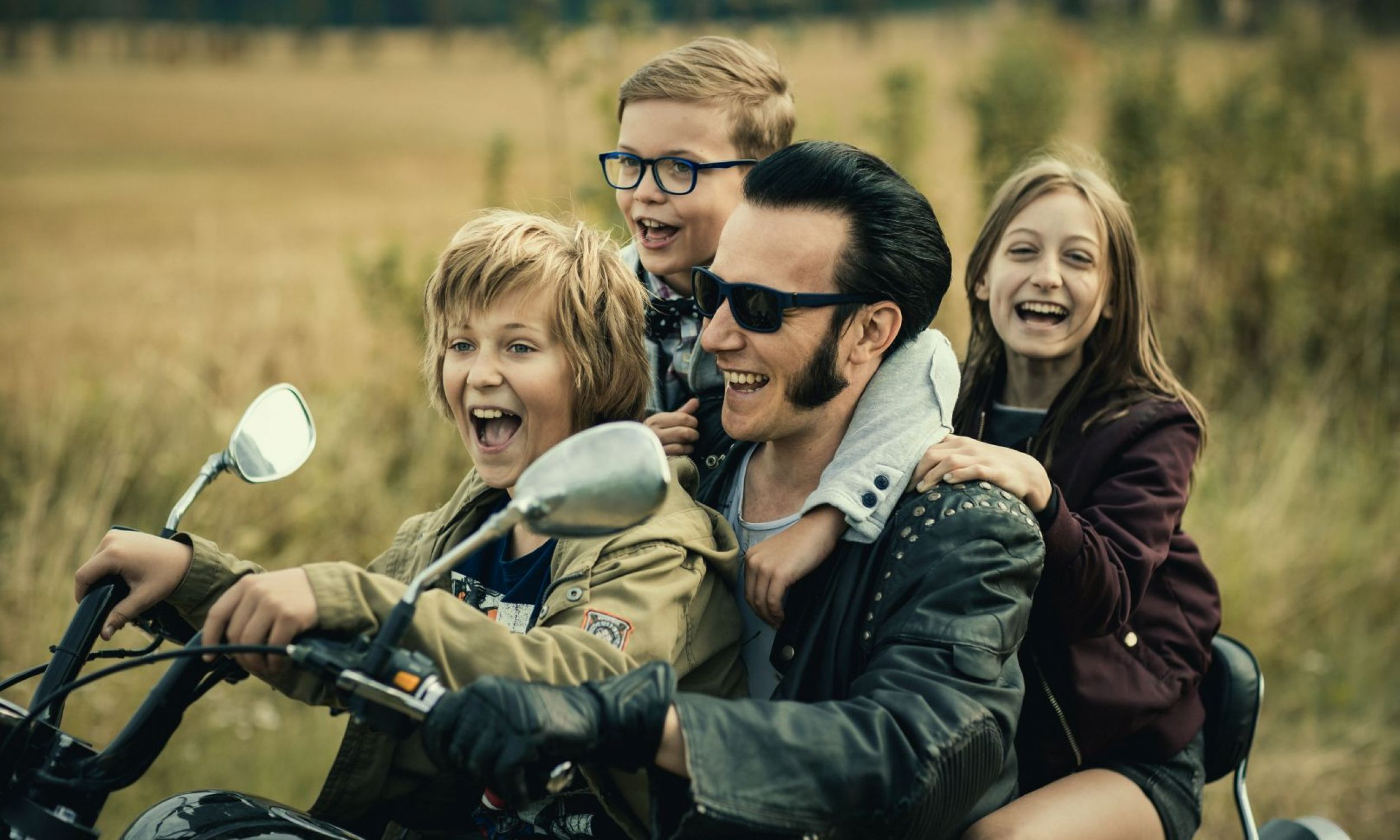 """Maciej Makowski jako rockandrollowy Eddie w filmie """"Władcy przygód. Stąd do Oblivio"""". Fot.  Mówi Serwis"""