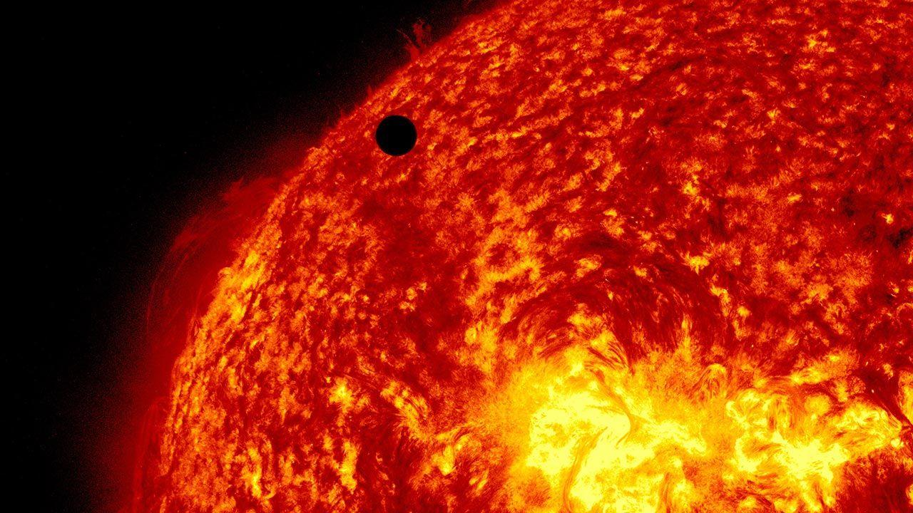 Wybuchy słonecznej plazmy tworzą łuki nad powierzchnią gwiazdy (fot. SDO/NASA via Getty Images, zdjęcie ilustracyjne)