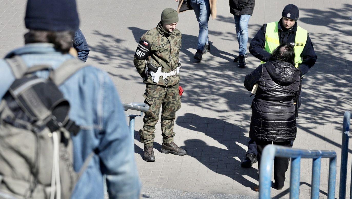 Policjanci mają coraz więcej pracy związanej np. z dozorowaniem osób na kwarantannie czy pilnowaniem zakazu zgromadzeń (fot. PAP/Paweł Supernak)