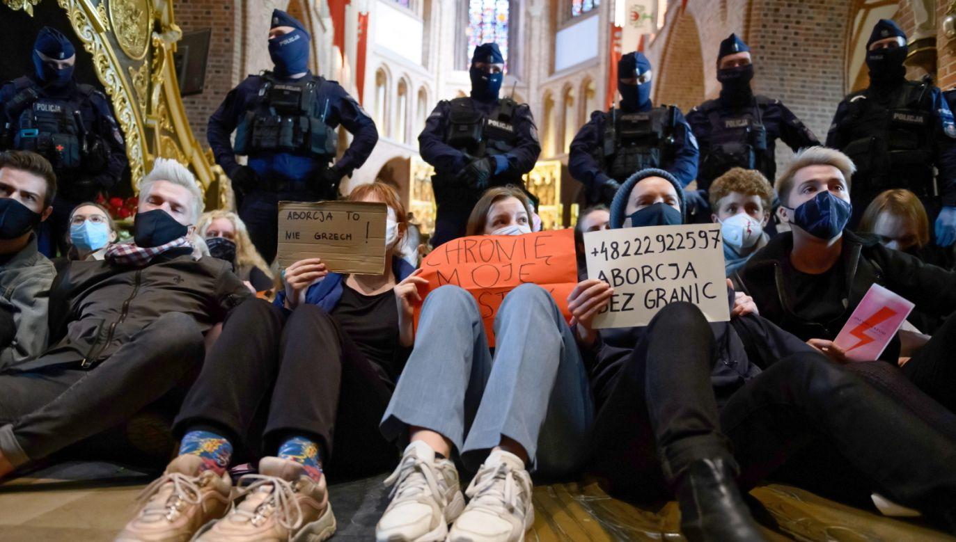 Przedstawiciele Strajku Kobiet w poznańskiej katedrze (fot. PAP/Jakub Kaczmarczyk)