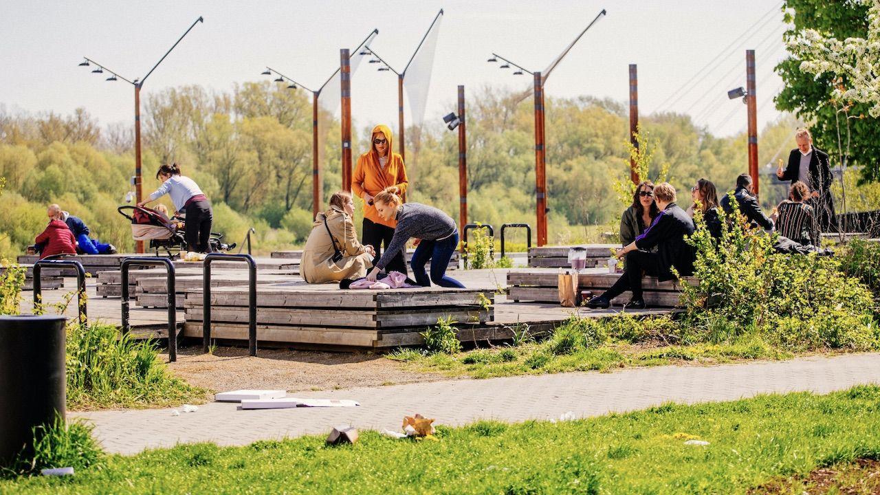 Spacerowicze na Bulwarach Wiślanych w Warszawie (fot. PAP/Albert Zawada)