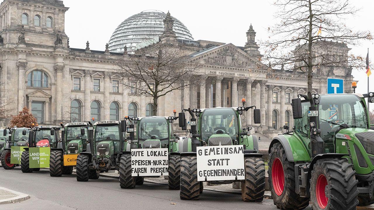 Ponad 5000 ciągników wjechało do Berlina, blokując ulice w centrum miasta (fot. PAP/EPA/HAYOUNG JEON)