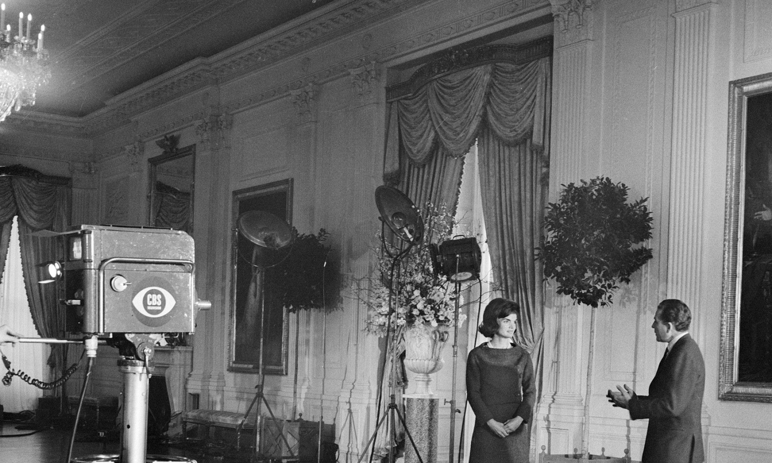"""Korespondent CBS News Charles Collingwood rozmawia z amerykańską First Lady Jacqueline Kennedy w Pokoju Wschodnim w Białym Domu, Waszyngton, 15 stycznia 1962 roku. Wywiad wyemitowano jako program CBS News Special zatytułowany """"Wycieczka po Białym Domu z panią Johnową F. Kennedy """". Fot. CBS Photo Archive / Getty Images"""
