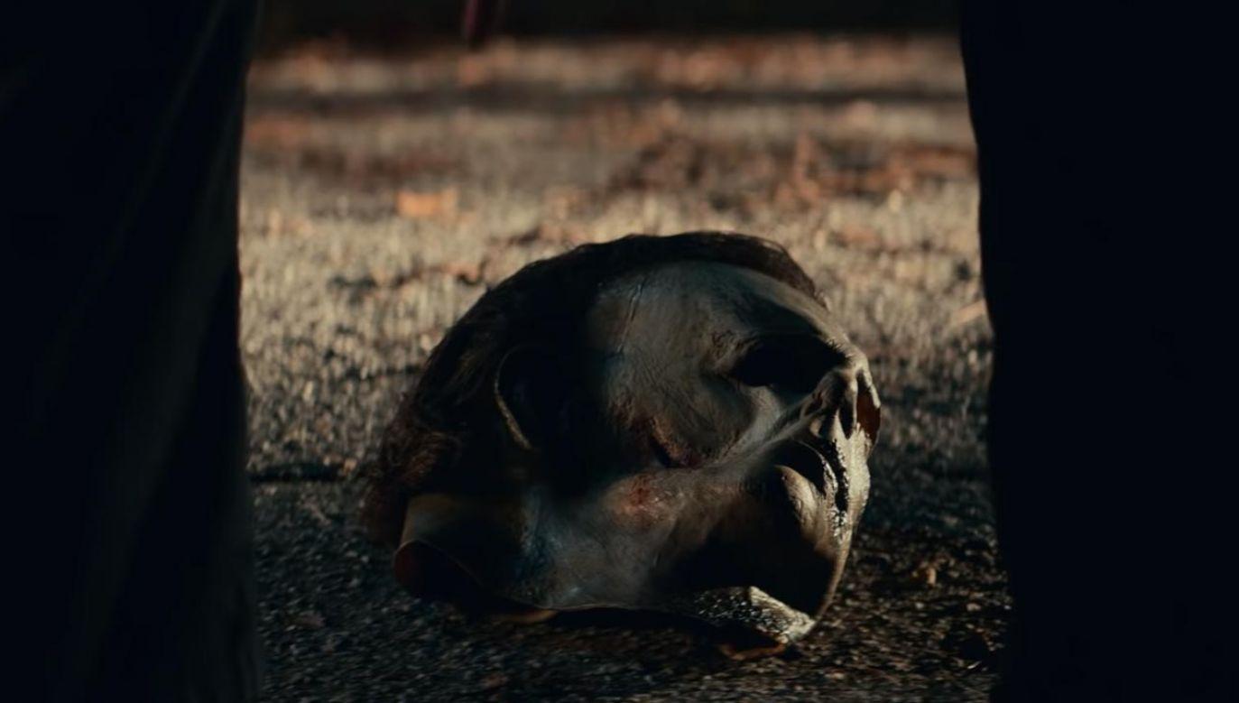 """W krótkim teaserze filmu """"Halloween zabija"""" ikoniczny filmowy zabójca Michael Myers podnosi swoją maskę (fot. YouTube/Universal Pictures)"""