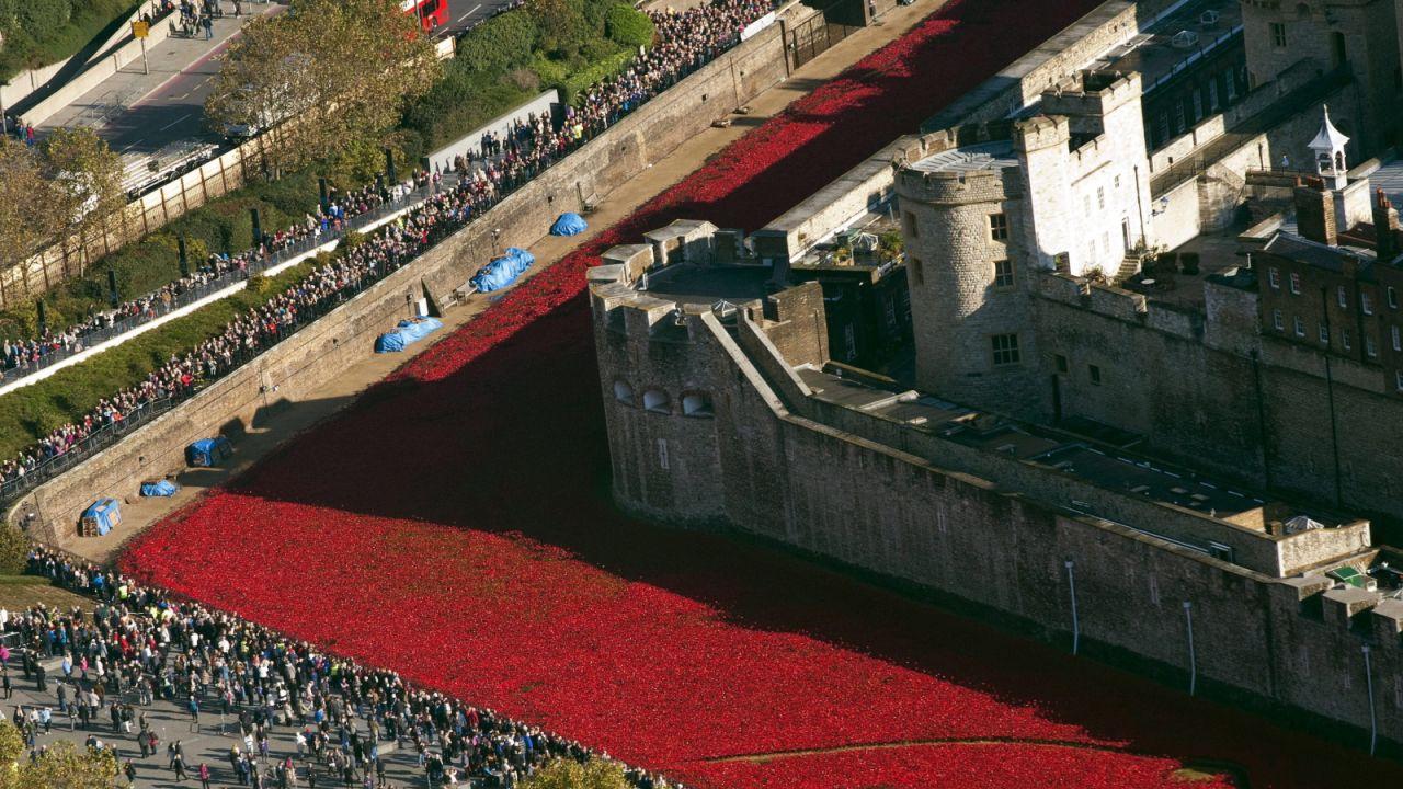 Morze maków otocza londyńską Tower w hołdzie poległym żołnierzy (fot. PAP/EPA/FACUNDO ARRIZABALAGA)