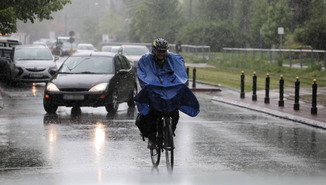 Prognoza pogody na wtorek nie zachęca do spacerów (fot. PAP/Albert Zawada)