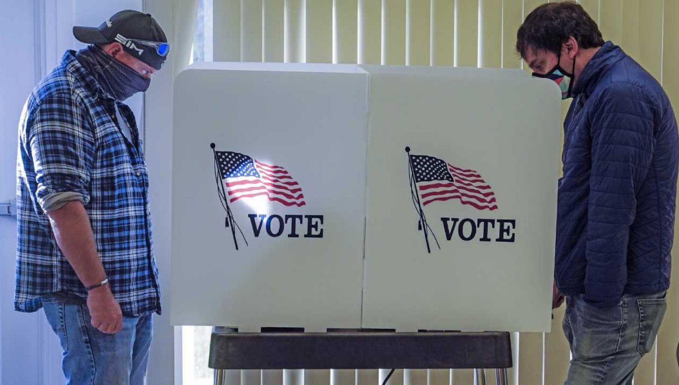 W dwóch stanach karty wyborcze wypełniło już więcej osoób niż przed czterema laty (fot. PAP/EPA/TANNEN MAURY)
