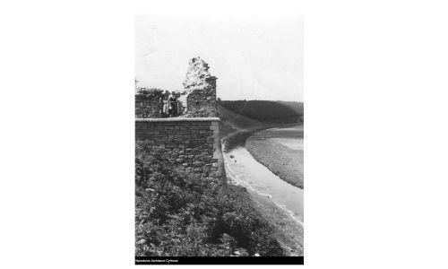 Fragment murów zamku (okres międzywojenny). Fot. NAC