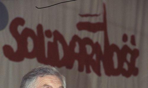 II Krajowy Zjazd Delegatów NSZZ Solidarność w hali Olivia (19-24 kwietnia 1990). Zdzisław Najder przemawia jako gość zjazdu. Fot. PAP/Ireneusz Sobieszczuk