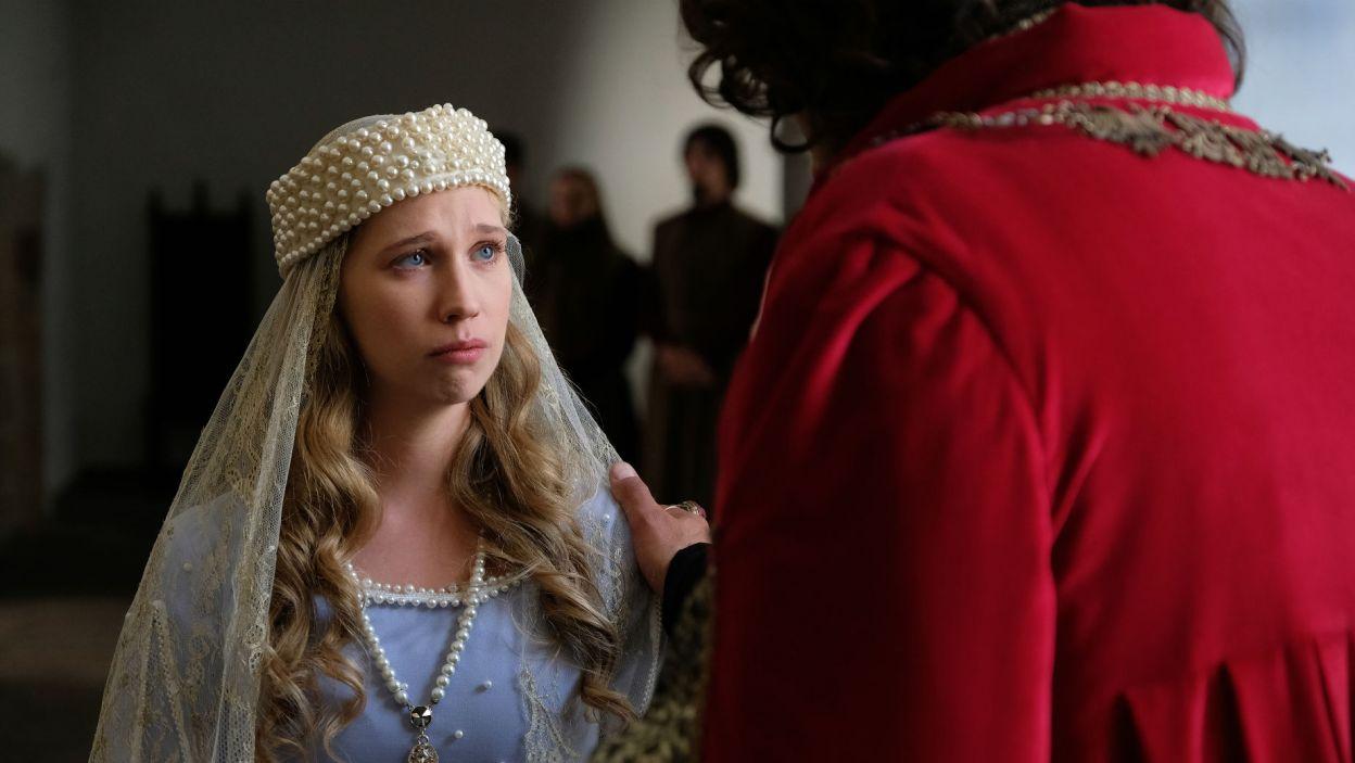 Władca obiecuje też córce, że jeśli uroni łzę przez męża, ten tego pożałuje (fot. TVP)