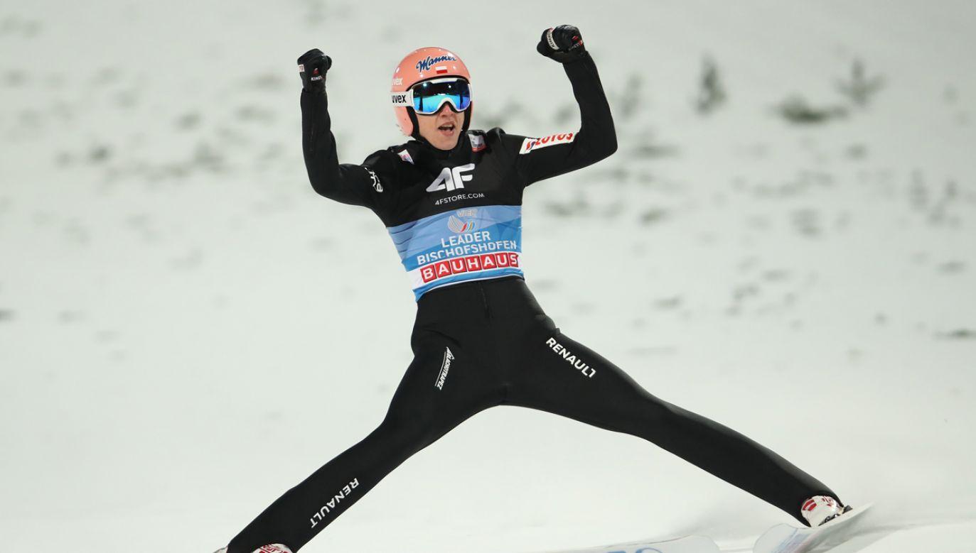 Dawid Kubacki jest trzecim Polakiem, który zwyciężył w najstarszym i najbardziej prestiżowym turnieju skoków narciarskich (fot. Alexander Hassenstein/Bongarts/Getty Images)