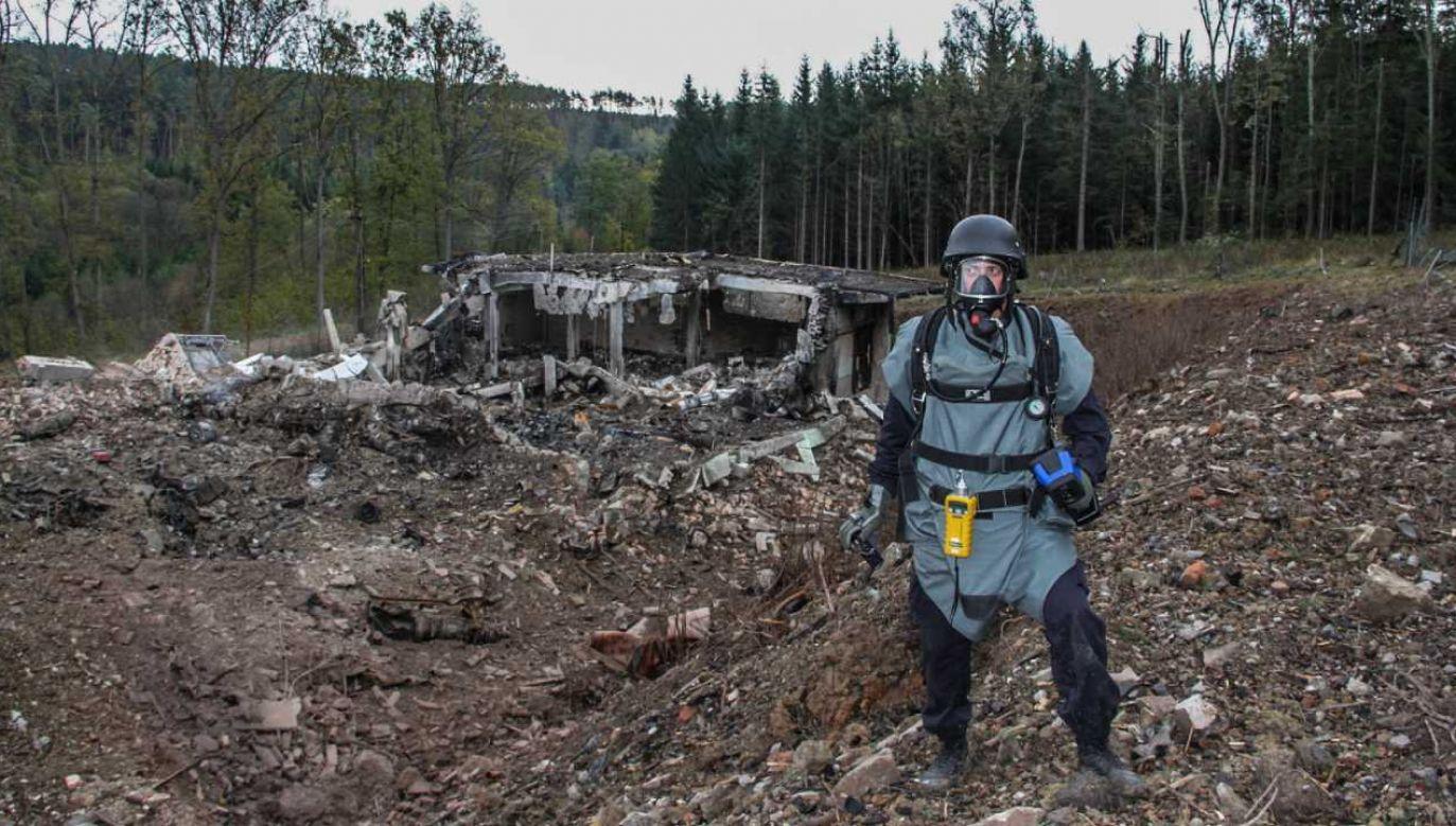 Pirotechnik przeprowadzający inspekcję uszkodzonych prywatnych składów amunicji w pobliżu Vrbetic na Morawach Wschodnich w Czechach (fot. PAP/EPA/CZECH REPUBLIC POLICE / HANDOUT)