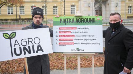 Lider AgroUnii Michał Kołodziejczak oraz działacz AgroUnii Filip Pawlik (fot.PAP/Wojciech Olkuśnik)