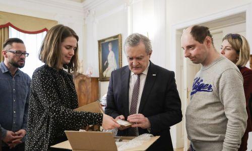 Delegacja uczestników pojechała do Warszawy, by osobiście dostarczyć zrobione przez siebie kartki wielkanocne do Ministerstwa Kultury i Dziedzictwa Narodowego, które je zamówiło. Fot. Stowarzyszenie SPES