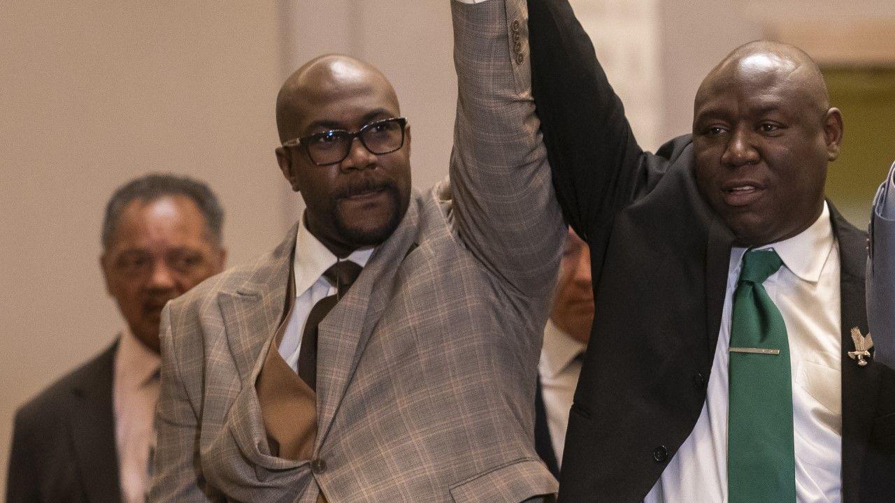 Philonise Floyd (L) oraz prawnik rodziny Floyd Ben Crump (P) po ogłoszeniu wyroku (fot. Nathan Howard/Getty Images)