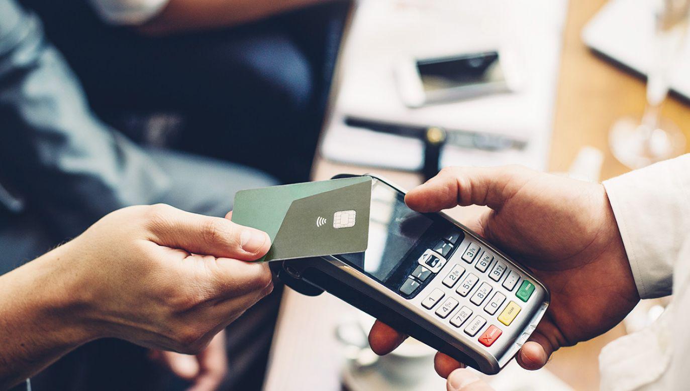Na rynku wciąż istnieją bariery dla płatności kartowych (fot. Shutterstock/DGLimages)