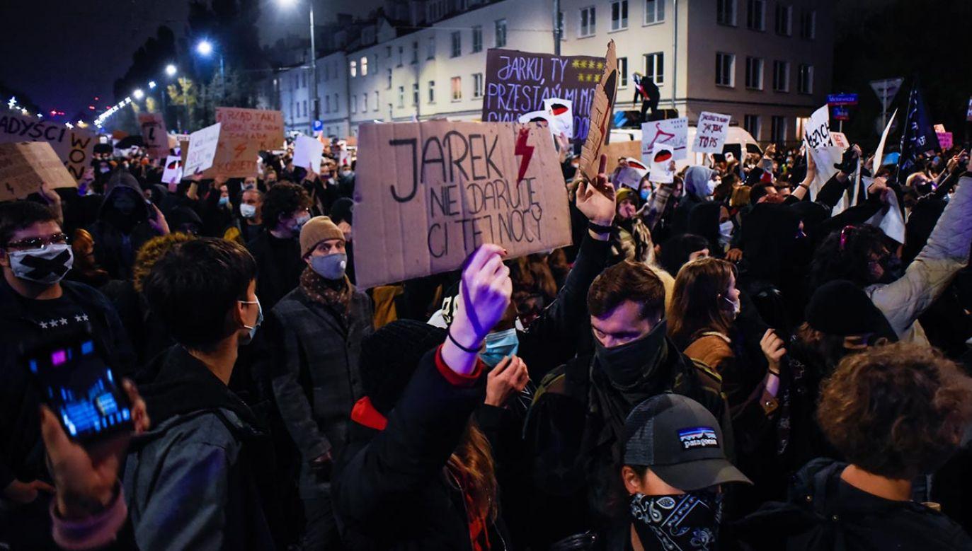 Środowiska lewicowe przeszły w nocy z czwartku na piątek pod dom prezesa PiS Jarosława Kaczyńskiego (fot. Omar Marques/Getty Images)