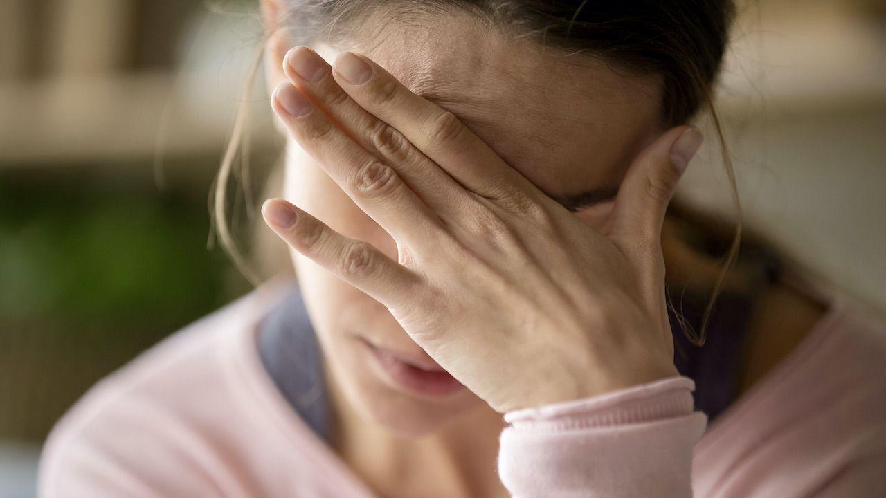 Badanie przeprowadzone na pacjentach cierpiących na migrenę (fot. Shutterstock/ fizkes)