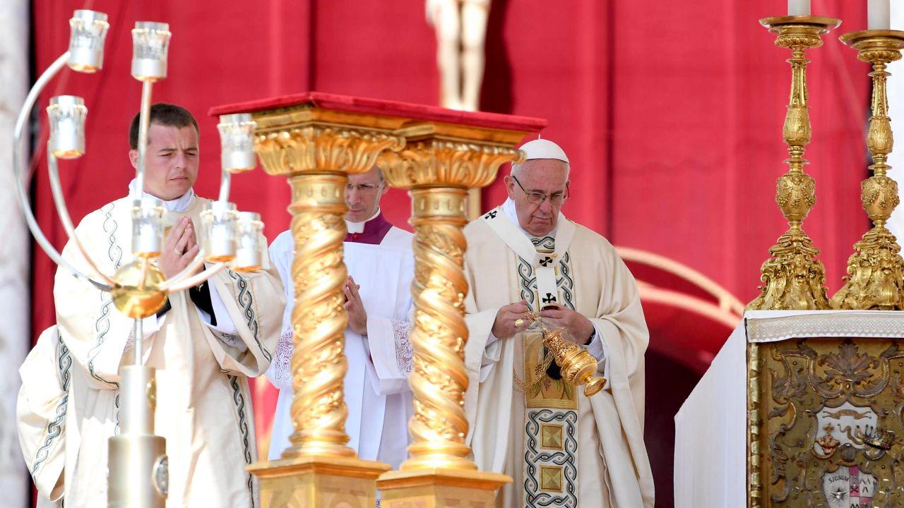 Papież  Franciszek kanonizował dziś o. Stanisława Papczyńskiego (fot. PAP/EPA/MAURIZIO BRAMBATTI)