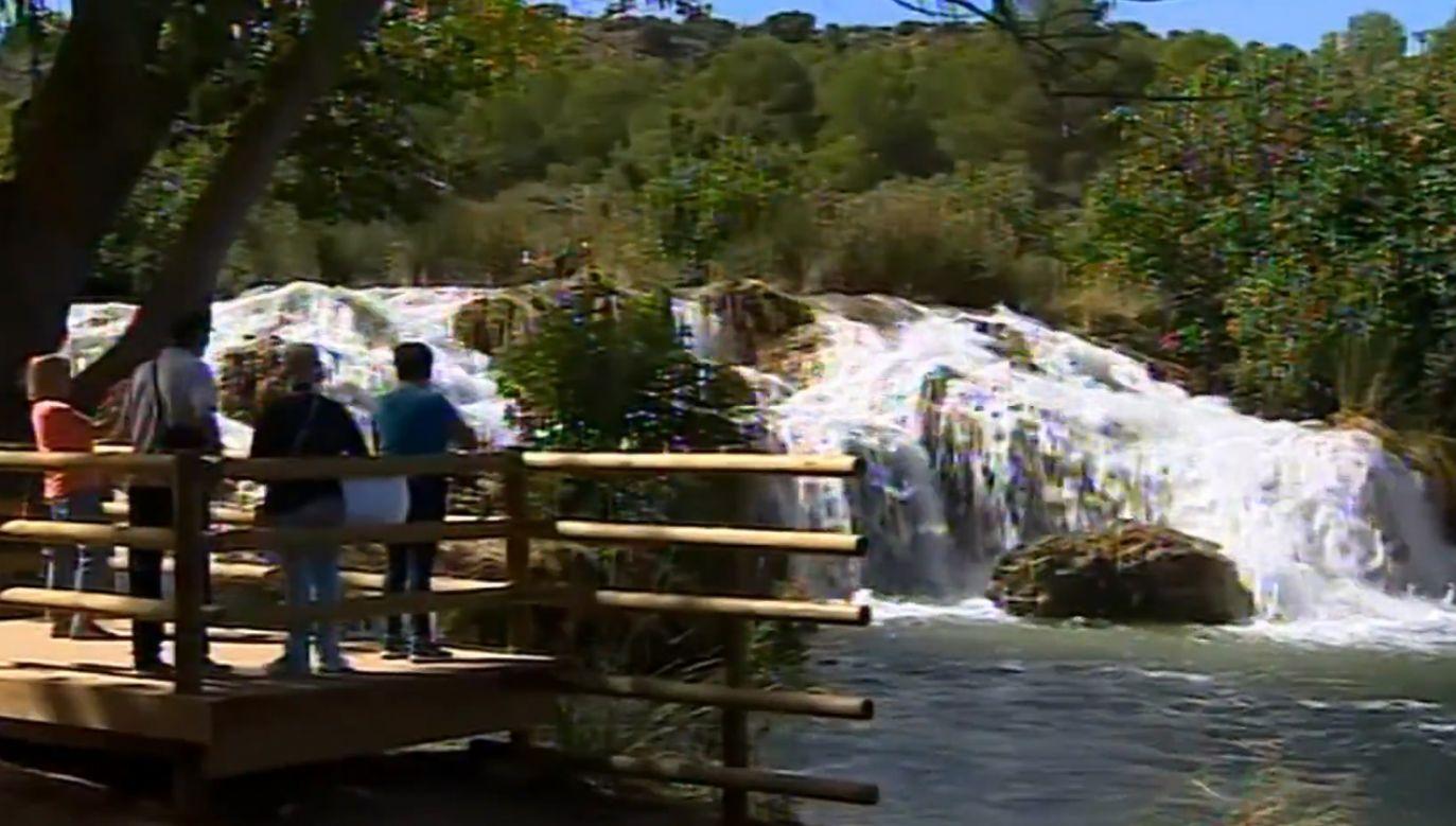 Niezwykłe widoki wodospadów w hiszpańskim parku przyrodniczym przyciągają turystów (fot. ESRTVE - RADIO TELEVISION ESPANOLA)