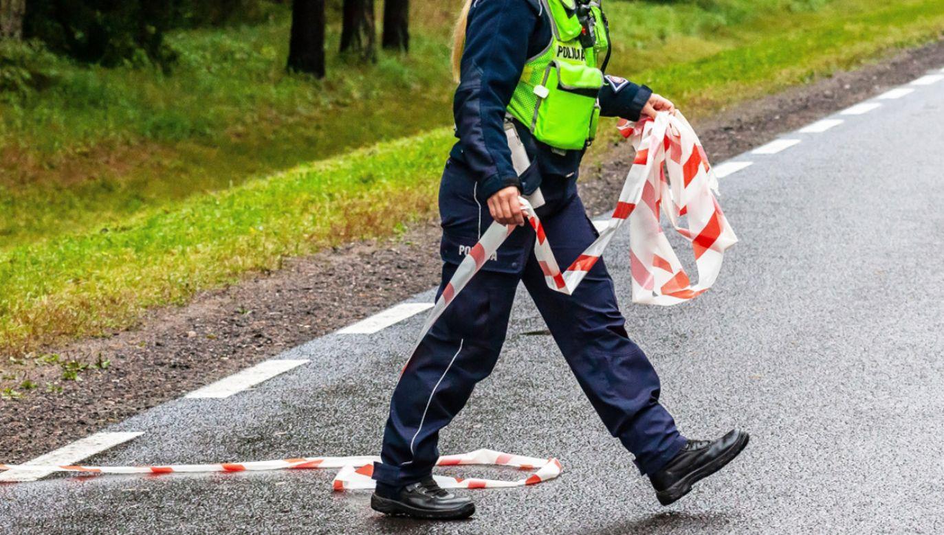 Funkcjonariusze ustalają okoliczności wypadku (fot. PAP/M.Onufryjuk, zdjecie ilustracyjne)