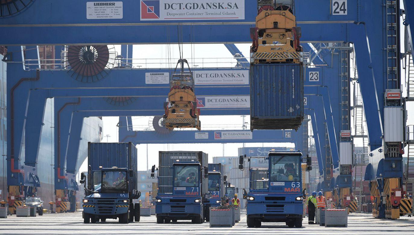 Przeładowanie 9 milionowego kontenera w terminalu kontenerowym DCT Gdańsku (fot. arch. PAP/Adam Warżawa)