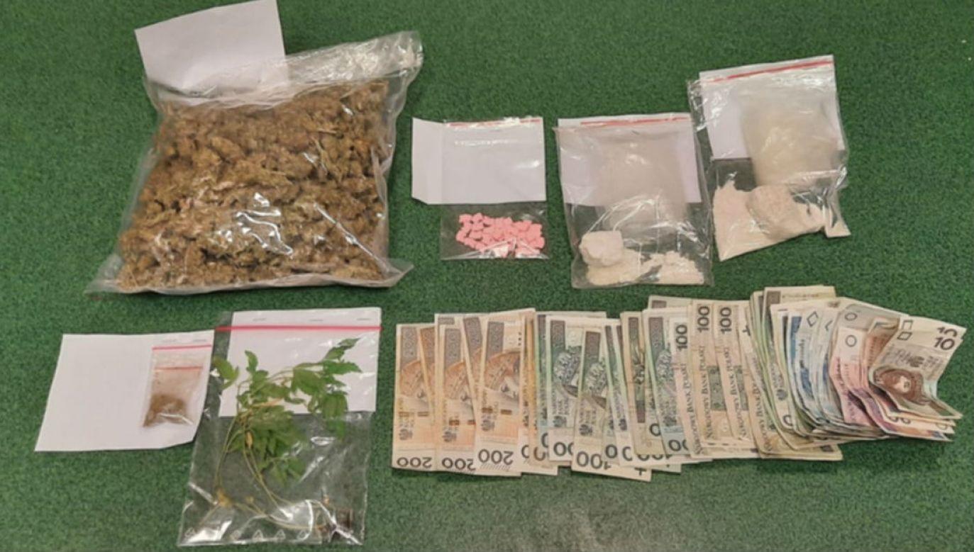 Narkotyki i gotówka zabezpieczone w Konstancinie (fot. policja.waw.pl)