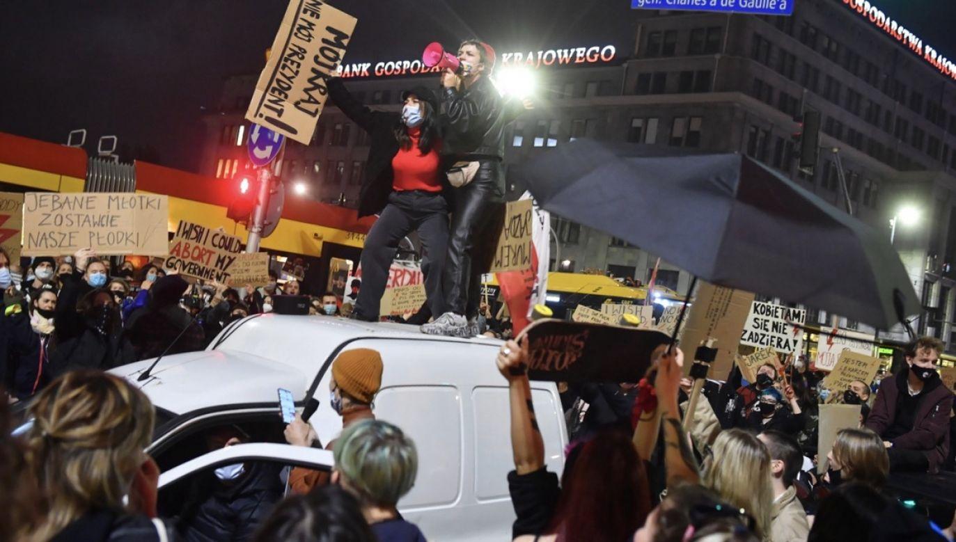 Auto osobowe potrąciło dwie kobiety, które brały udział w proteście przeciwko wyrokowi Trybunału Konstytucyjnego w sprawie aborcji (fot. PAP/Radek Pietruszka)