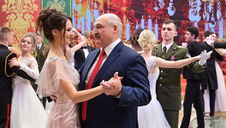 Alaksandr Łukaszenka kurczowo trzyma się władzy (fot. PAP/EPA/MAXIM GUCHEK/ POOL)