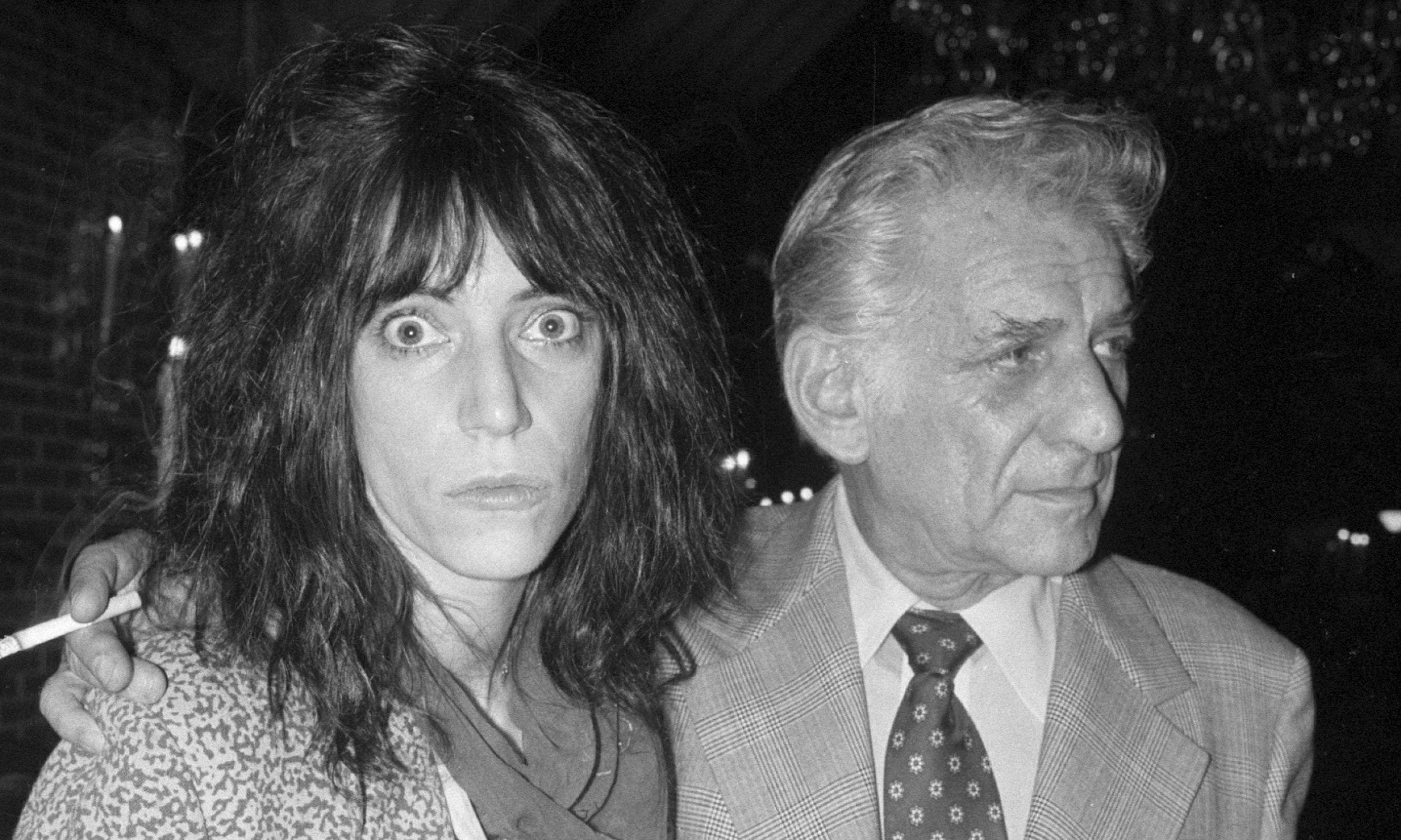 Kompozytor Leonard Bernstein i punkrockowa artystka Patti Smith podczas imprezy wydanej przez Amnesty International w Nowym Jorku 21 listopada 1977 roku. Tego roku Amnesty International, światowa organizacja praw człowieka działająca na rzecz uwolnienia więźniów sumienia i zniesienia tortur, zdobyła Pokojową Nagrodę Nobla. Fot. Getty Images