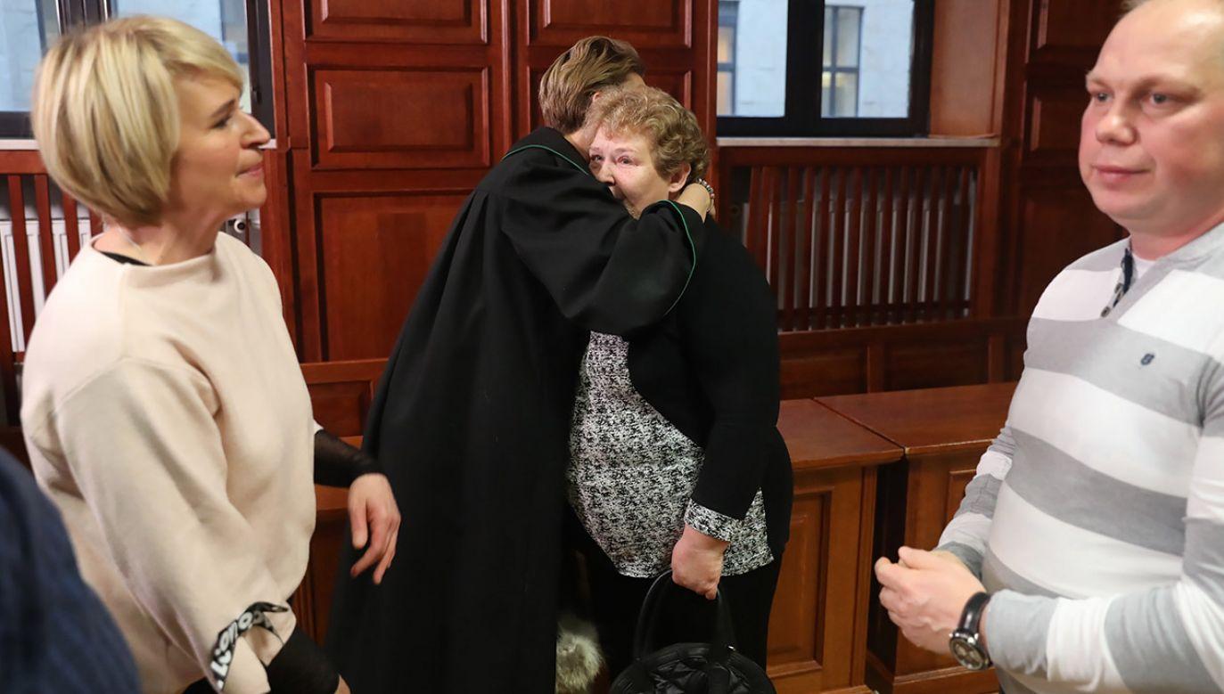 Rodzina jednej z zamordowanych kobiet, na sali Sądu Okręgowego w Warszawie, 4 bm. Na dożywocie z możliwością ubiegania się o warunkowe zwolnienie po 40 latach skazał warszawski Sąd Okręgowy Artura K. 41-latek będąc na przepustce z więzienia zabił 35-letnią narzeczoną i jej 3-letniego syna (fot. PAP/Tomasz Gzell)