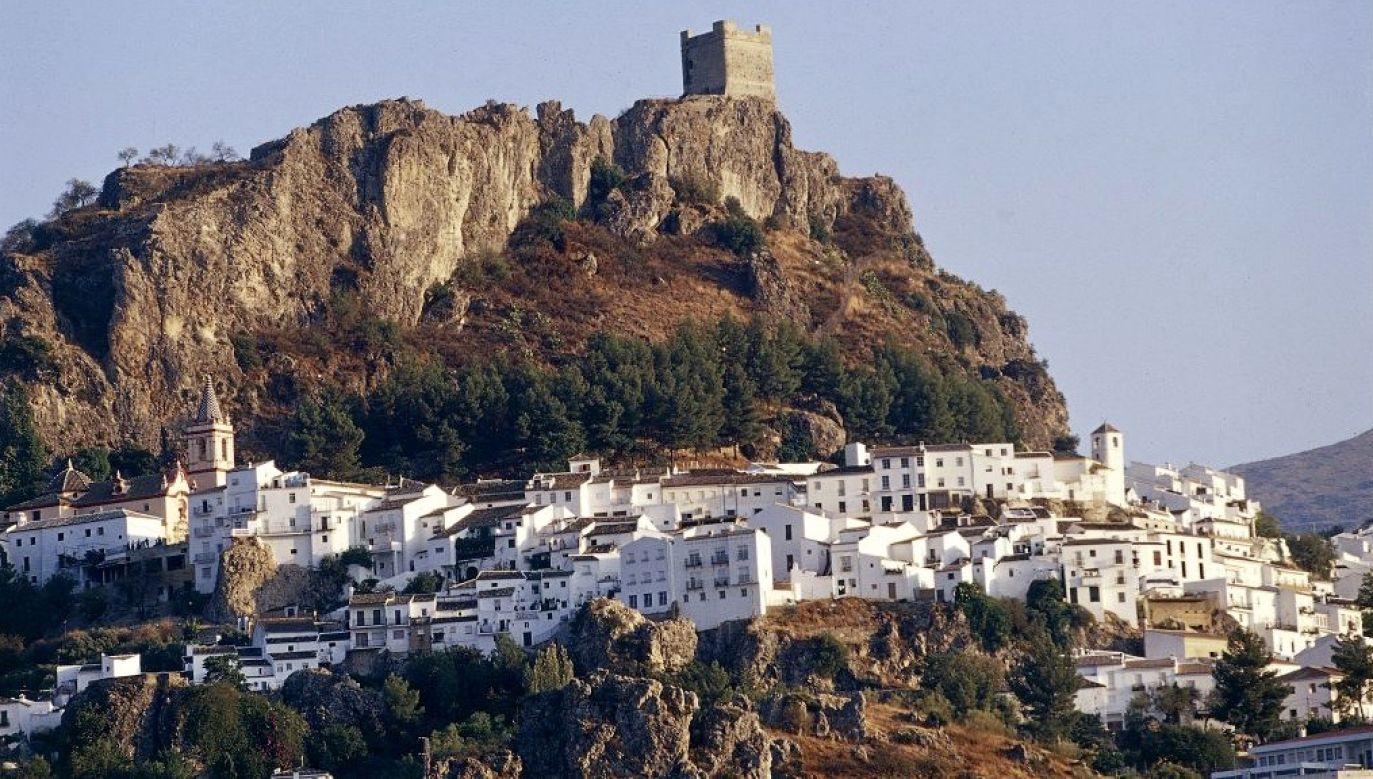 Władze andaluzyjskiej gminy Zahara de la Sierra odcięły to średniowieczne miasteczko od świata, aby nie narażać mieszkańców na zakażenie koronawirusem (fot. DEA/S. AMANTINI Getty Images)