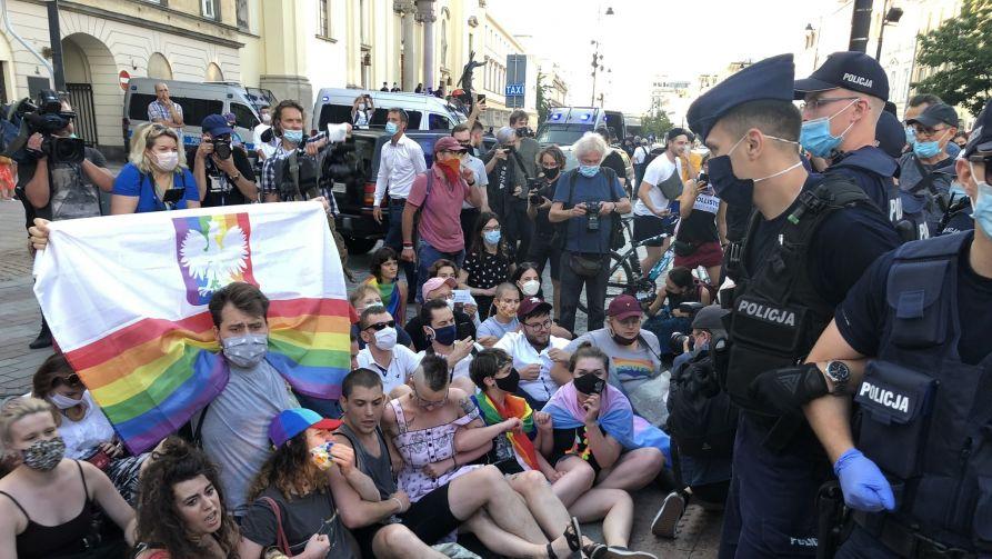 """Aktywiści LGBT protestują przeciw aresztowaniu """"Margot"""" – aktywisty, który napadł na działacza pro-life i brał udział w profanacji figury Jezusa (fot. Twitter/Maciej Gdula)"""