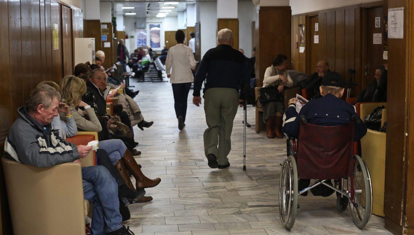 Pacjenci na korytarzu Centrum Onkologii – Instytucie im. M. Skłodowskiej-Curie w Warszawie w grudniu 2014 r. (fot. arch PAP / Rafał Guz)