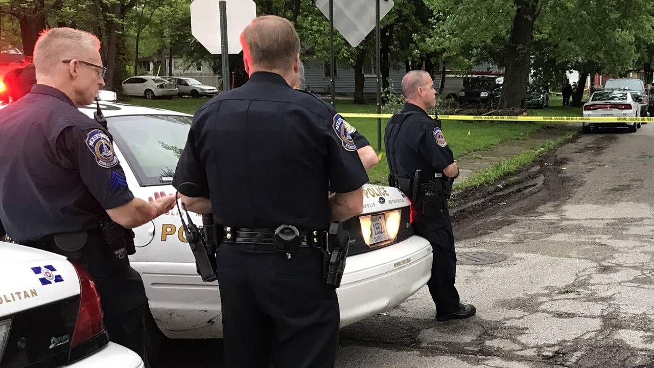 Policjanci ustalają okoliczności zdarzenia (fot. Indianapolis Metropolitan Police Department)