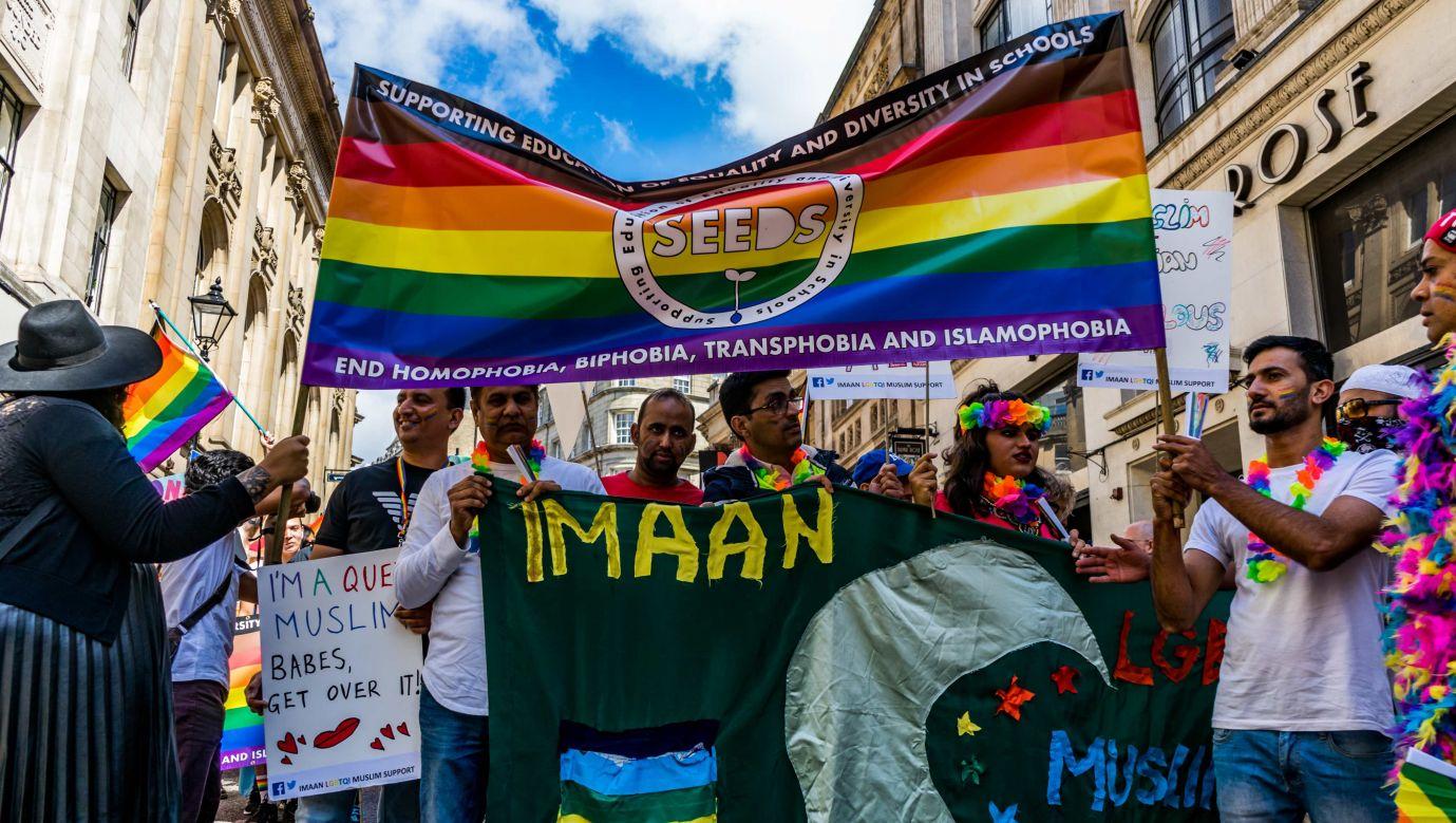 W 2019 roku parada LGBTQ w  Birmingham bodaj po raz pierwszy w historii przyciągnęła miejscowych muzułmanów. Fot.  Jim Wood / Barcroft Media via Getty Images
