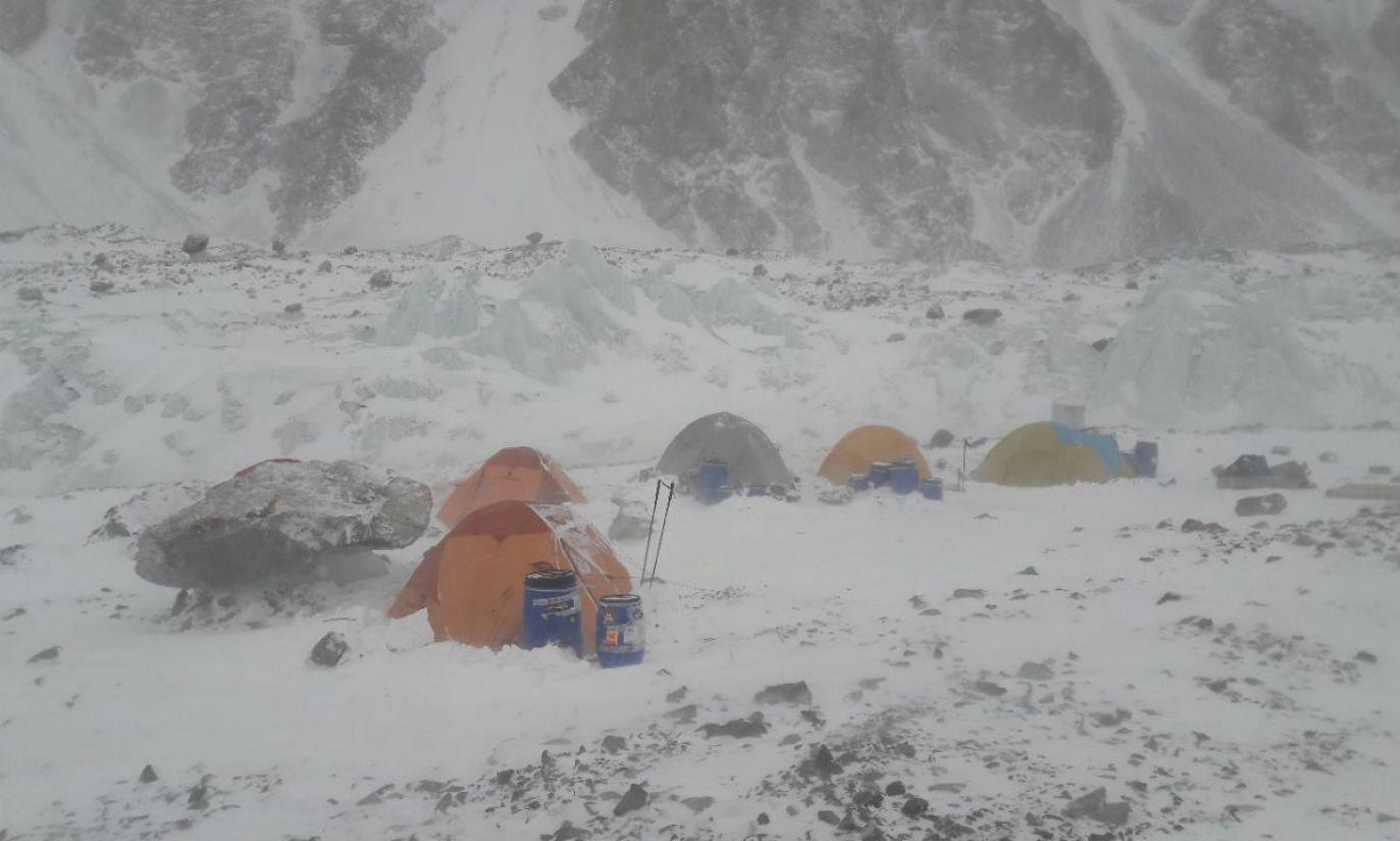 Obóz na wysokości 5.700m (fot. Wyprawa na K2/Rafał Fronia)