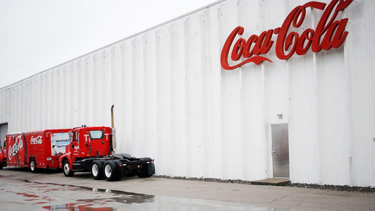Kontrowersyjny kurs online dla pracowników Coca-Coli na temat rasizmu (fot. Luke Sharrett/Bloomberg via Getty Images)