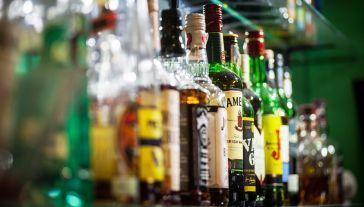 Ponad połowa Polaków deklaruje, że pije alkohol okazjonalnie (fot. Shutterstock/Alexandru Nika)