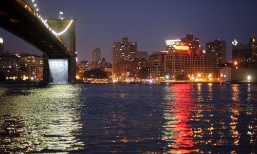 W 2008 roku Olafur Eliasson wzniósł na nowojorskiej East River cztery monumentalne wodospady. Fot. Mario Tama/Getty Images