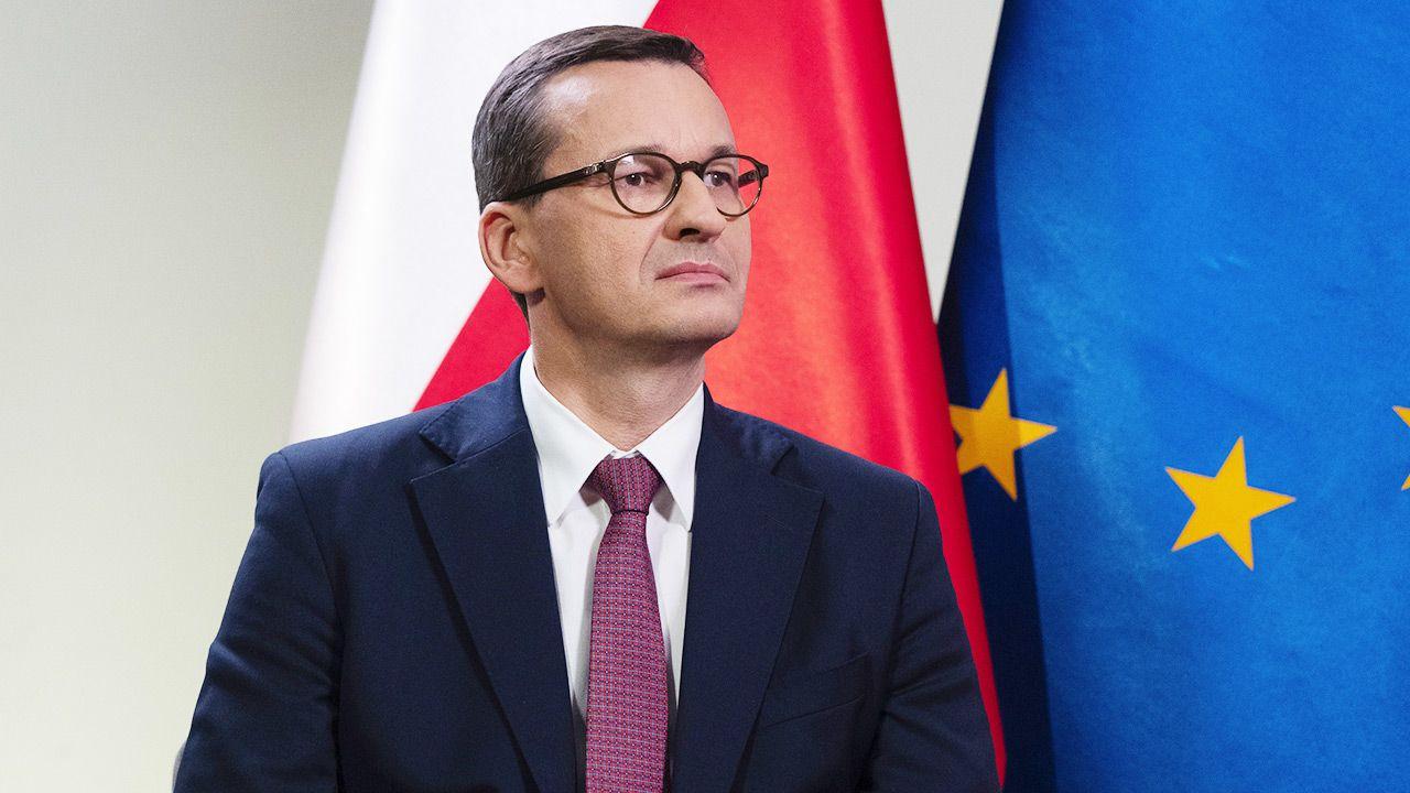 Morawiecki zasugerował, że powodem niechęci stacji do rządu są prace nad podatkiem medialnym (fot. Piotr Malecki/Bloomberg via Getty Images)