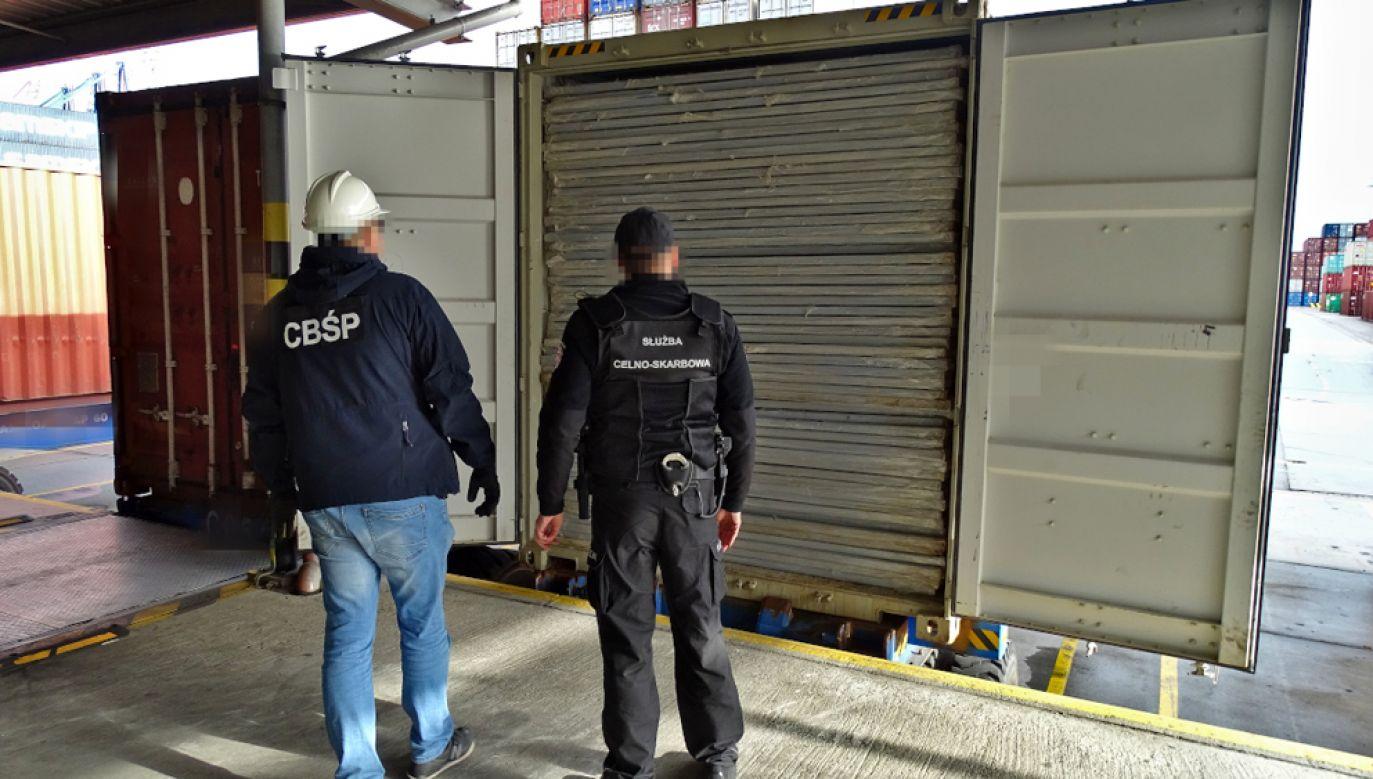 Nielegalny towar ukryty był w kontenerze, a przypłynął do Polski z Azji (fot. CBŚP.policja.pl)