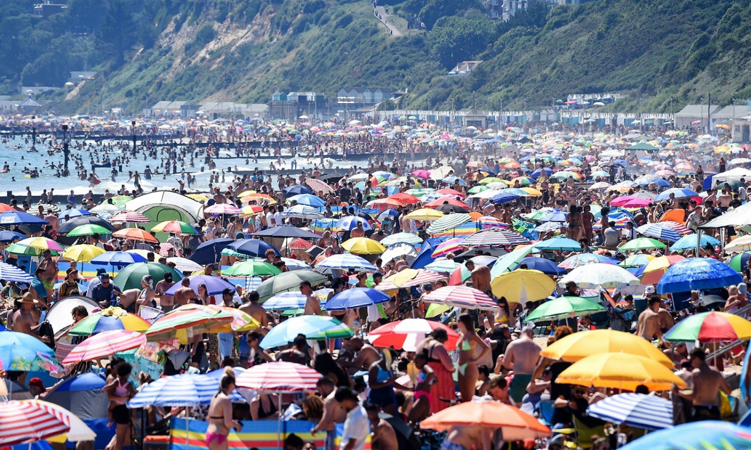Plaża w brytyjskim Bournemouth, 25 czerwca 2020 roku. Tego dnia w Wielkiej Brytanii odnotowano 1118 nowych zachorowań i 149 śmierci. Ale była też wysoka temperatura, podobna do tej w Polsce: powyżej 30 ° C. Upał skłonił więc Brytyjczyków do wyjścia na plaże. Fot. Finnbarr Webster / Getty Images