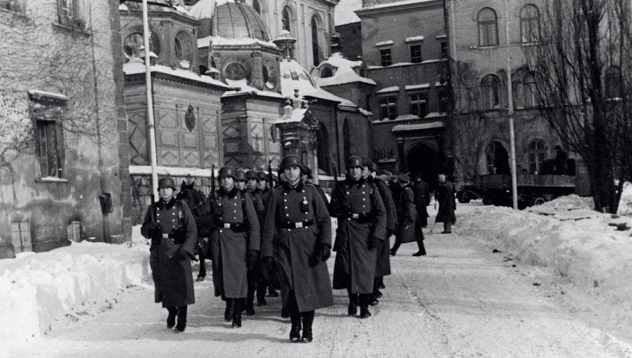 Żołnierze 10 pułku SS Totenkopf podczas zmiany warty na Zamku Królewskim w Krakowie, 1940-1941 (fot. Narodowe Archiwum Cyfrowe/Paul Brandner)