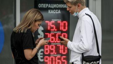 W ocenie ekspertów, jeśli nie wydarzy się nic, co mogłoby pogłębić kryzys, to rubel zacznie odrabiać straty w ostatnich tygodniach roku (fot. Ivan Yudin\TASS via Getty Images)