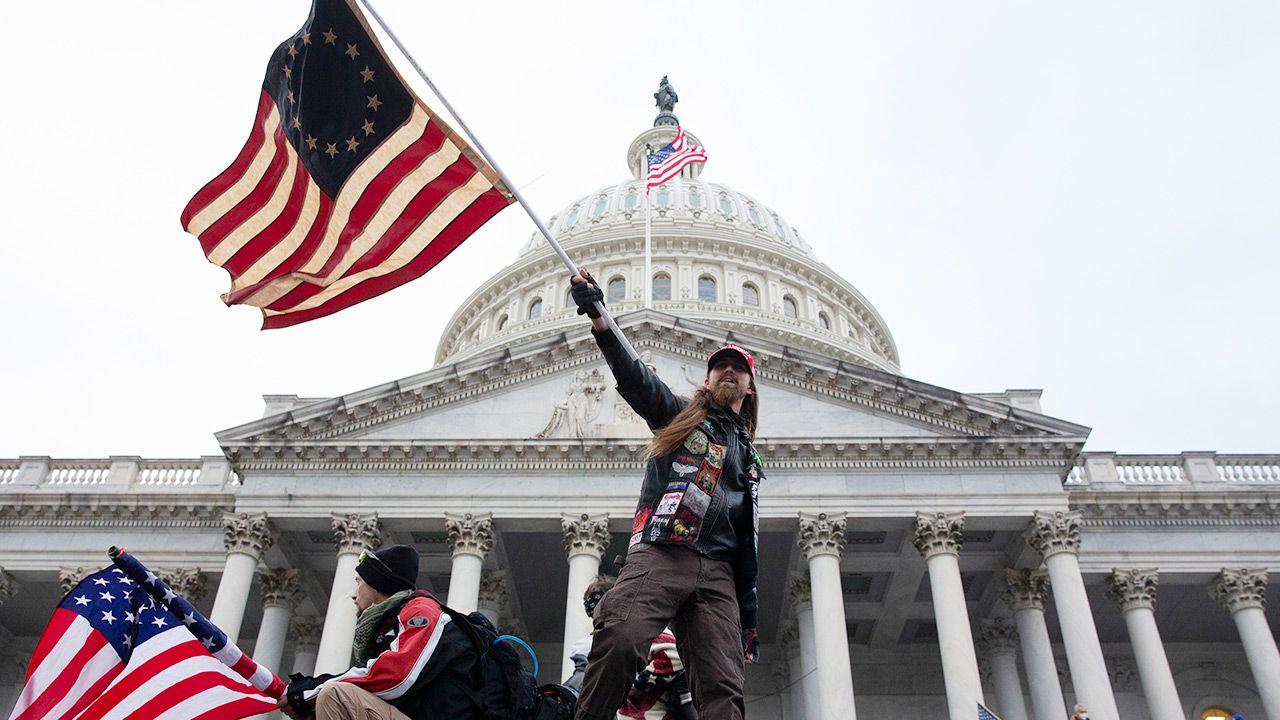 W środę doszło do zamieszek na Kapitolu (fot. PAP/EPA/MICHAEL REYNOLDS)