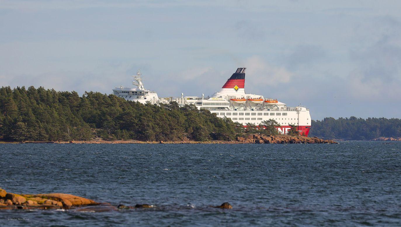 """Według Fińskiego Centrum Badania Wypadków, wejście promu na mieliznę należy do """"wyjątkowych"""" i jednocześnie """"poważnych"""" wypadków na morzu (fot. Lehtikuva/Niclas Nordlund via REUTERS)"""