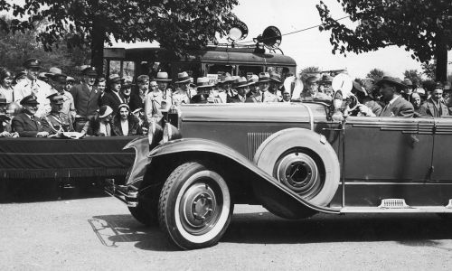 W konstrukcji CWS T-1 najciekawsze było to, że silnik auta można było rozkręcić i skręcić jednym kluczem. Przejazd samochodu CWS przed jury konkursu piękności zorganizowanego przez Automobilklub Polski w maju 1931 roku. Widoczni m.in.: pułkownik Jan Głogowski (siedzi przy stole 3. z lewej), prezes Automobilklubu hrabia Karol Raczyński (siedzi przy stole 1. z lewej). Fot. NAC/IKC, Jan Binek. Sygn. 1-S-2856-1