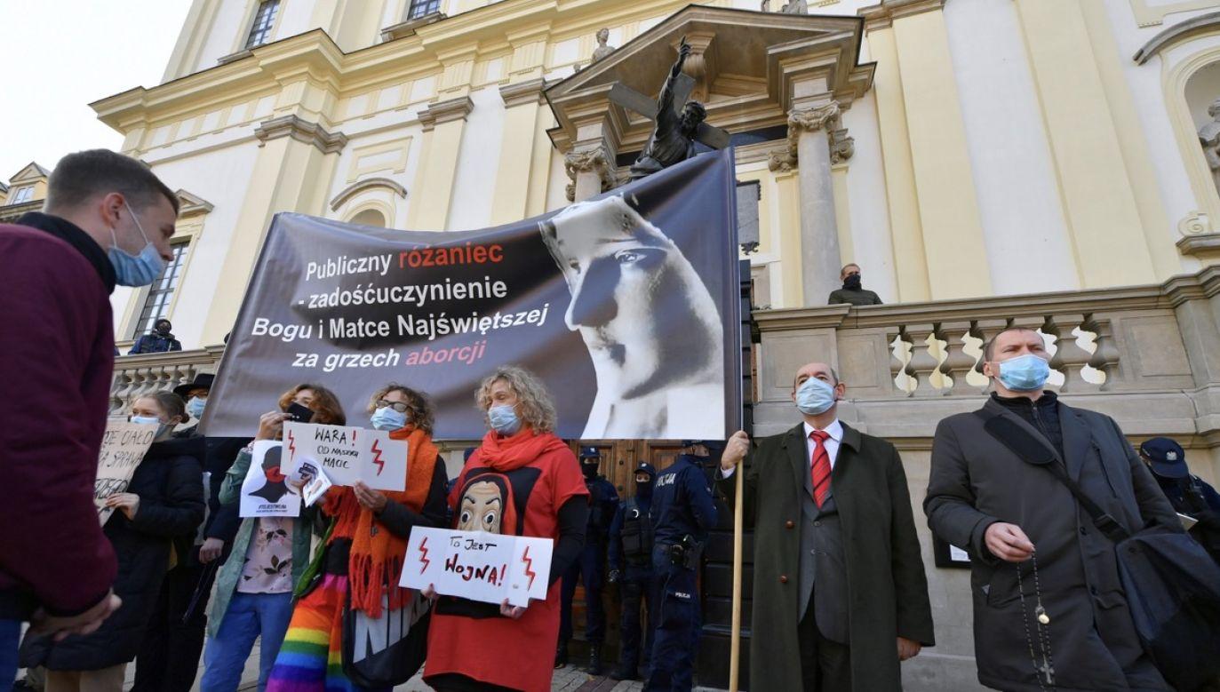 Protest przed kościołem Świętego Krzyża w Warszawie (fot. PAP/Piotr Nowak)