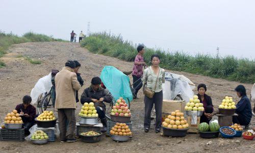 Prowincjonalny rynek z prywatnymi stoiskami warzywno-owocowymi w Korei Północnej. Fot. Eric LAFFORGUE / Gamma-Rapho via Getty Images